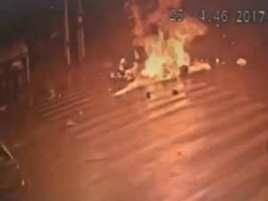 男子醉驾连撞5辆车 当即燃起熊熊大火有人员伤亡惨不忍睹