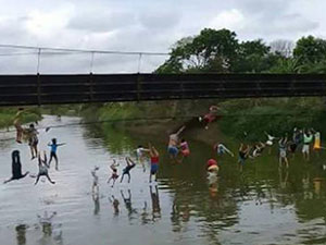 吊桥断裂多人坠河 数十人瞬间消失在桥上现场十分吓人