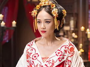 陈乔恩高温天拍古装戏 拼命女郎演皇后为戏