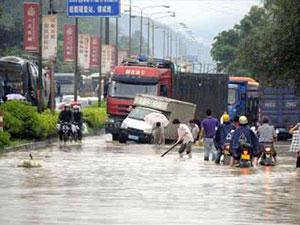 广西遭遇暴雨 道路积水严重几乎成第二个威尼斯