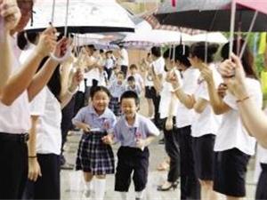 小学生典礼上为校长打伞 尊师重道是美德