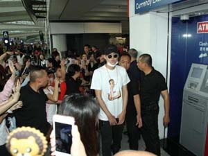 吴亦凡现身香港机场 场面火爆粉丝激动尖叫人气指数爆表