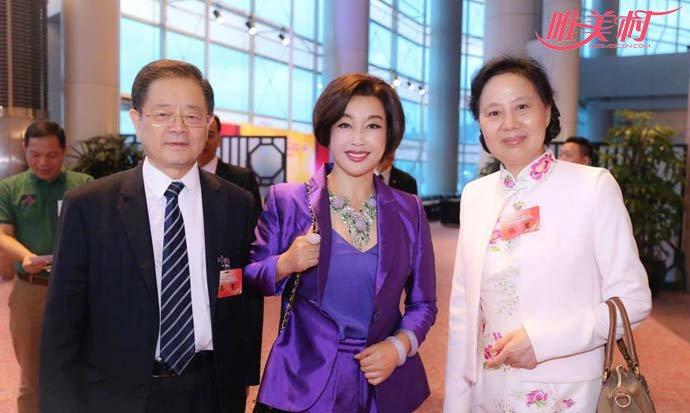 刘晓庆夫妇与友人合影