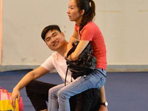 男友用身体给女友当凳 腿部力量爆棚动作超暖心引众人瞩目