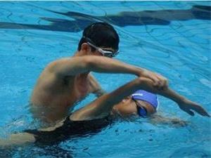 大学生游泳课溺亡 校方表示已经尽责