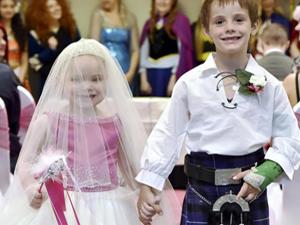 5岁癌症女孩穿婚纱结婚 完成与男友结婚的愿