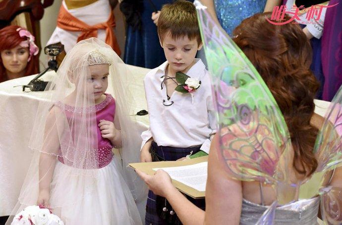 女孩穿婚纱结婚