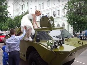 男子用装甲车接新娘 威风凛凛但帅不过3秒被开罚单