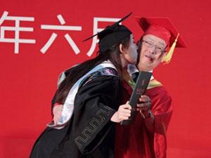 女学生毕业亲校长称已圆满 亲完后校长一脸懵逼