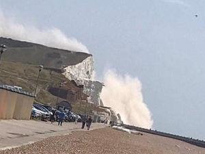 """英国悬崖崩塌 游泳者目击海面飘起大片""""浓烟""""甚是震撼"""