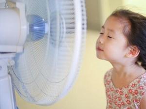 电扇吹脸一夜面瘫 电风扇使用不当也会造成毁容