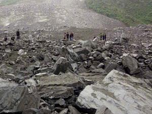 茂县村民8位亲人被埋 山体垮塌新磨村如一把大火往前推