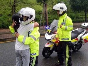 被赶出家交警送暖 女子因与丈夫发生矛盾向交警求抱抱
