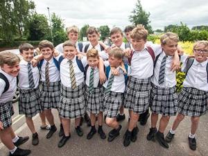 英男生穿裙子上学 看似笑话的背后系男生对不合理要求的抗议