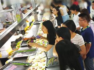 大学食堂花20万请客 毕业免费豪华晚餐每一口都是回忆