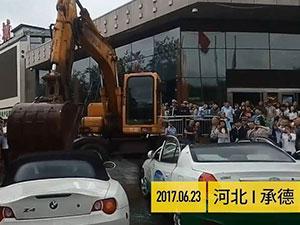 挖掘机爆砸宝马 一场属于挖掘机的豪车盛宴惊呆众人