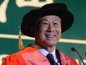 李嘉诚参加大学毕业典礼 近90高龄仍神采奕奕越活越年轻