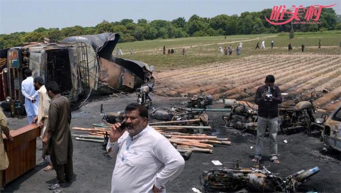 油罐车翻车爆炸 围观群众不停劝阻收集泄漏油料