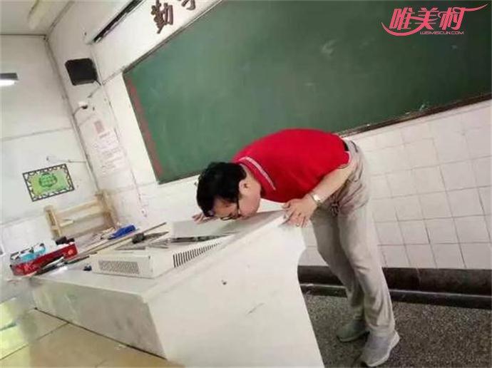 教师吻别讲台