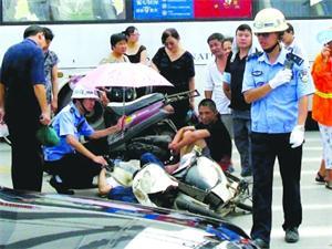 交警烈日下守护被撞大娘 伤者上救护车才放心离去