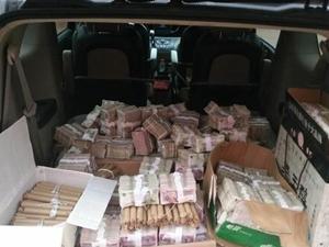 男子拉30多万零钱去买车 店员想方设法快速清点过程曝光