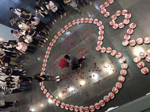 男子用小龙虾向女友求婚 其用心成功打动对方两人幸福相拥