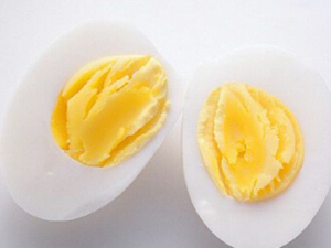 啃食女星胸上熟鸡蛋,大尺度画面惹网友争议