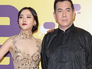 香港演员黄秋生出席电影节 挽手周楚楚地下