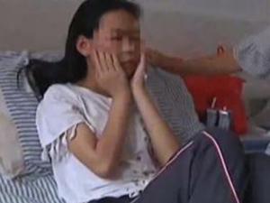 被同学暴打拍裸照 看多一眼招来一顿痛打令人发憷