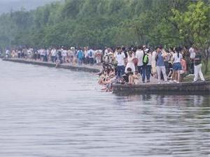 西湖成泡脚池 大多数都是年轻人