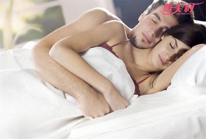 女子半夜睡觉被摸醒