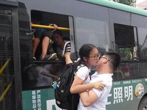 河南公交司机斗气互怼 事故现场司机忙吵架