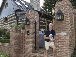 男子买房意外买到古宅 腐烂木屋竟有上百年