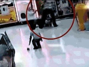 男子超市疯狂殴打女儿 拳打脚踢致其轻微伤现场视频曝光