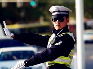 卡车司机全裸站车顶抗议交警 相关视频在网