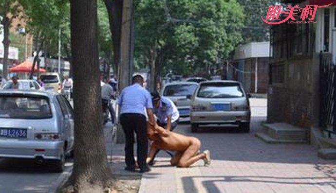 司机全裸站车顶抗议交警