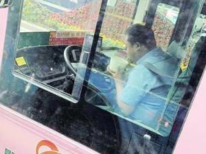 公交司机等灯吃饭 趁红灯期间狼吞虎咽吃饭令人心酸
