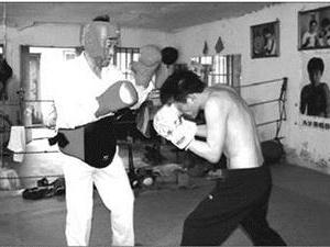 父亲培养脑瘫儿成拳击冠军 父亲甘做陪练挨