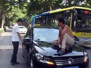 男子坐车头索要过路费 称没钱吃饭要硬抢过