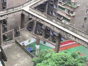 重庆再现魔性建筑 空中走廊梯形篮球场亮瞎你的眼