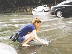 女孩光脚清下水道 不嫌脏直接下手捡垃圾获