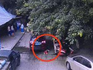 5岁男孩遭车碾压 前后车轮轮翻碾压惊险一幕视频曝光
