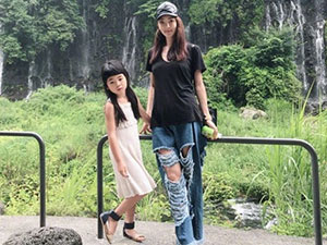 曹格女儿近照曝光 姐姐遗传妈妈长腿基因成