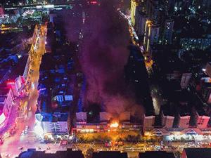 湖南轻纺市场火灾 浓烟滚滚火光冲天场面甚是惊人