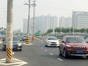 郑州8根电线杆成路霸 司机对此苦不堪言简直太霸道