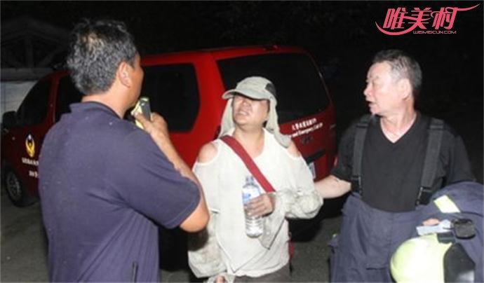 救援人员救出被困的陈大妈
