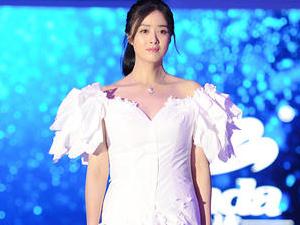 蒋欣穿纸巾婚纱走秀 衣料草率尽显身材粗壮