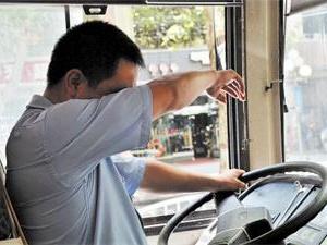 公交司机开私家车送乘客回家 司机:这都是该做的