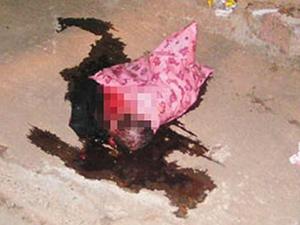 女子产子后抛下楼 男婴惨遭亲妈扔下楼躺血