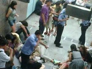 深圳地铁一名乘客晕倒 发生十几人擦伤的踩踏事件